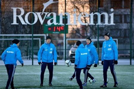 止まったら凍るぞ!世界で最も寒くて暗いサッカーチームの過酷な練習