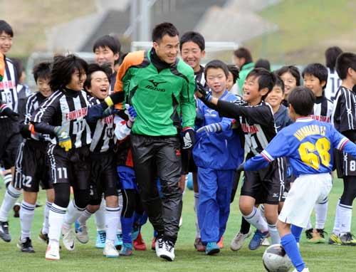 「岡崎だ~!」岡崎慎司、小学生に追い回される