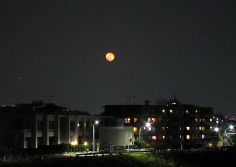丸子橋から見た赤い月