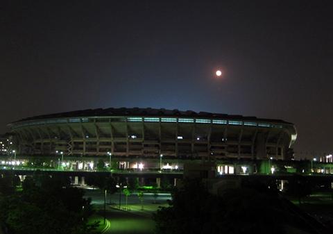 日産スタジアム上の赤い月