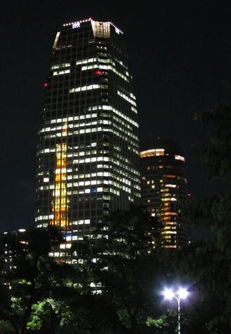 ビルに移る東京タワー