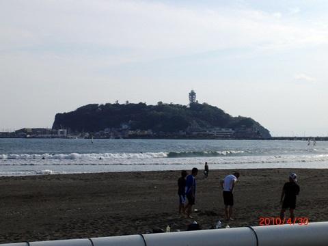 33.腰越橋から江ノ島を望む