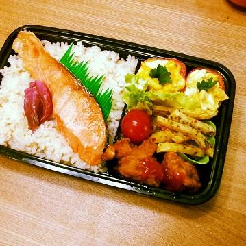 鮭弁.パプリカカップのスクランブルエッグ
