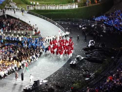 『赤い上着の日本選手団の前に立ちふさがって、行く手を阻む係員達』