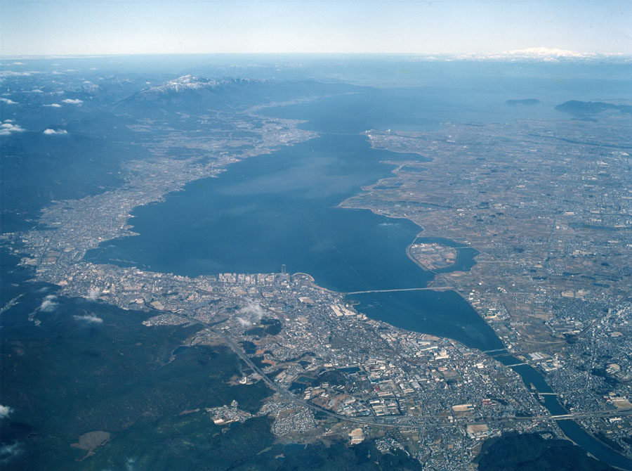 南部から眺めた琵琶湖の航空写真