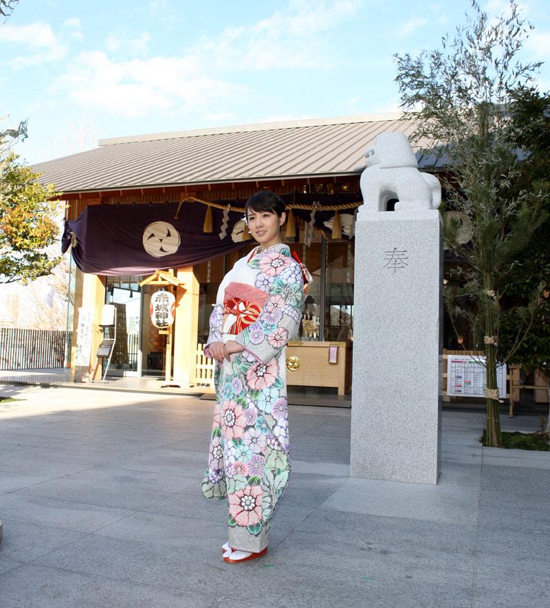 赤城神社 花柄の晴れ着 桜庭ななみ