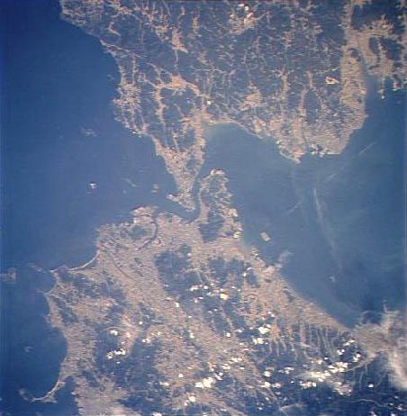 関門海峡の衛星写真。下側が北九州市、上側が下関市。※多少歪みあり