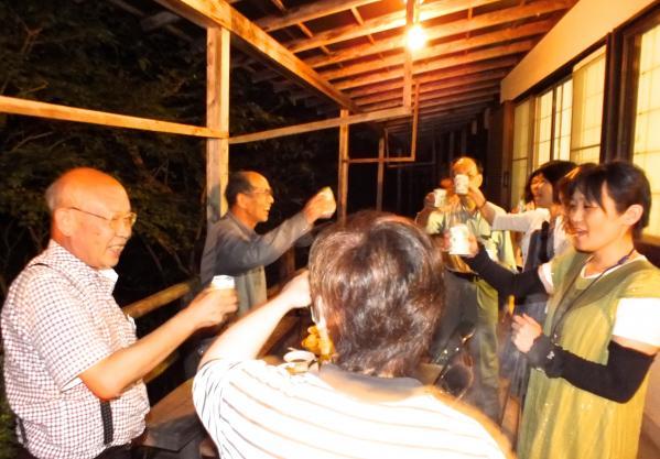 バーベキューで乾杯:夜の交流会