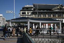 改称前の駅出入口。後ろは南座。2008年3月15日撮影。