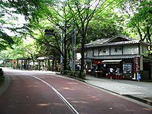 深大寺バス停付近の門前
