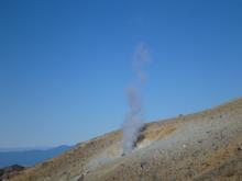 御嶽山頂山荘と噴煙20141129