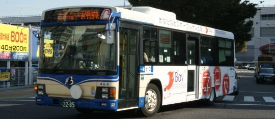 阪神バス初の自社発注車。ベイコムラッピング広告の464号車