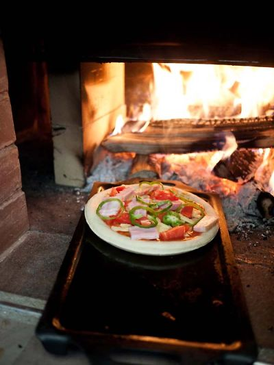ネオ・キタロー村 石窯へピザ投入