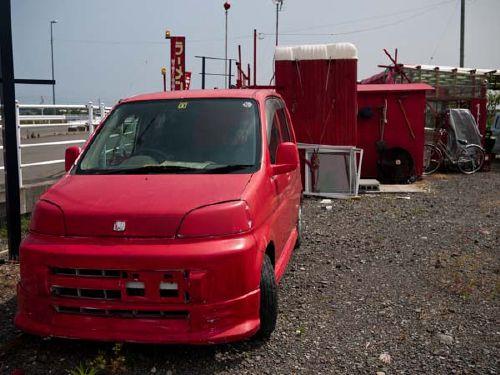 真っ赤なラーメン屋 車