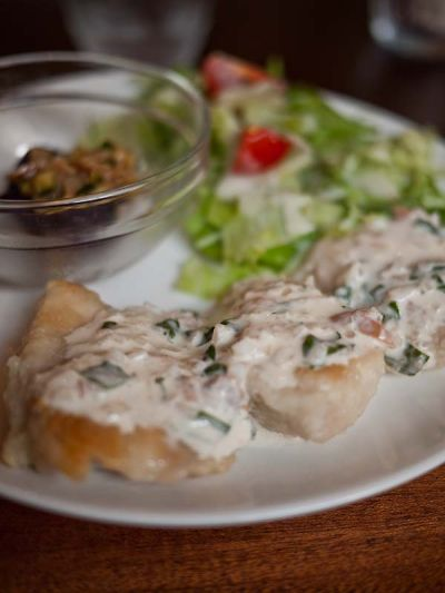 カフェ 奏楽遊楽(ソラユラ)鶏もも肉の梅しそタルタルソースがけ