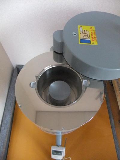 真ん中の円筒形の部分でガンマ線を検出