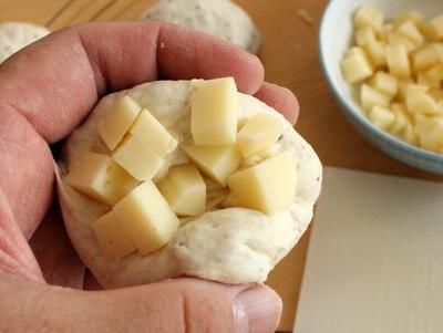 12.08.11パン・オ・ルヴァン(蒜山チーズ)_成形(小さいの)