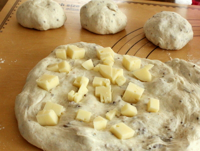 12.08.11パン・オ・ルヴァン(蒜山チーズ)_成形(大きいの)