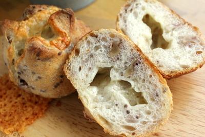 12.08.11パン・オ・ルヴァン(蒜山チーズ)小さいの_クラム