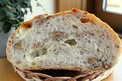 12.08.11パン・オ・ルヴァン(蒜山チーズ)大きいの_クラム