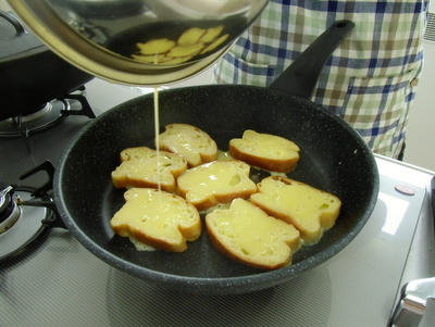 12.08.12米粉パン教室_フレンチトーストを焼く