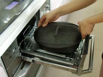 12.08.12米粉パン教室_ダッチオーブンで焼成