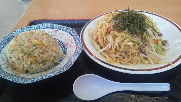 豚骨ヤキソバ半チャーハンセット750円