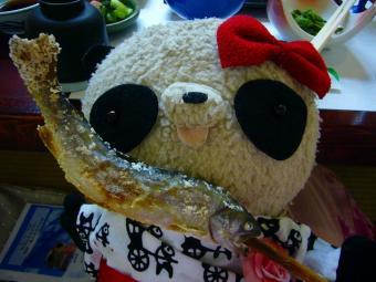 ばぶちゃん川魚の塩焼きを食べる