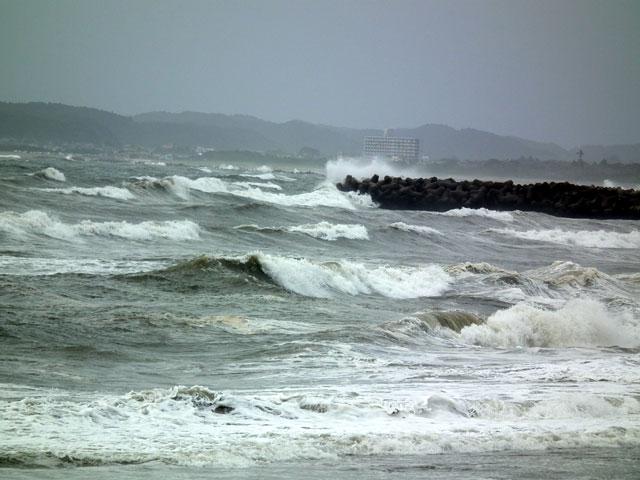 台風接近で海も荒れる千葉・太東の海