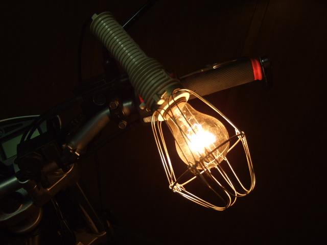 作業灯/ハンドランプ。フックが大変便利。白熱よりledがまだよい
