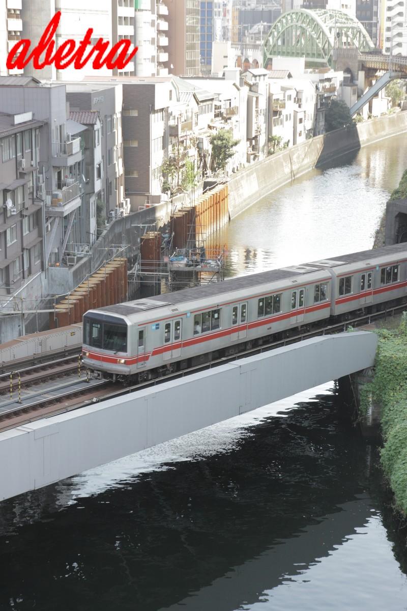 神田橋を渡る
