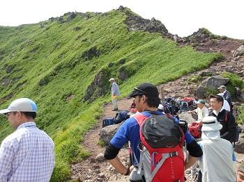26 男岳急斜面頂上スタッフ満足気