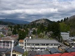 3正面に見える山が角館の古城山。山桜いっぱい