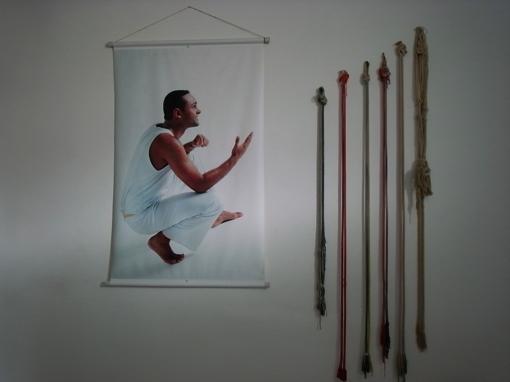 部屋の壁にあった帯とタペストリ