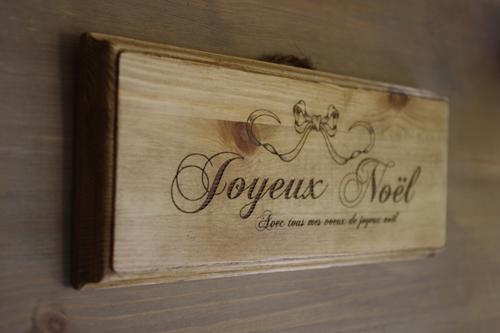ナチュラルテイストの木製ノエルプレート