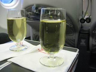 まずい、不味い!激マズーイ!ヽ(≧Д≦;)ノ。。。ダイソーで売りそうな激安ワインに激安炭酸をぶち込んでみました~♪ってぐらいの味・・・飲めないデス(Д`|||ノ)。。