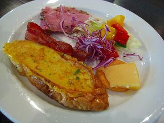 フレンチトースト・カリカリベーコン・ハム・パプリカのサラダ・チェダーチーズ
