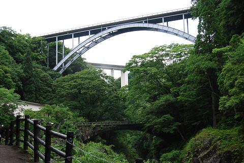 振り返ると新旧の橋三つ