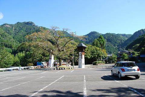 鳳来寺の駐車場から