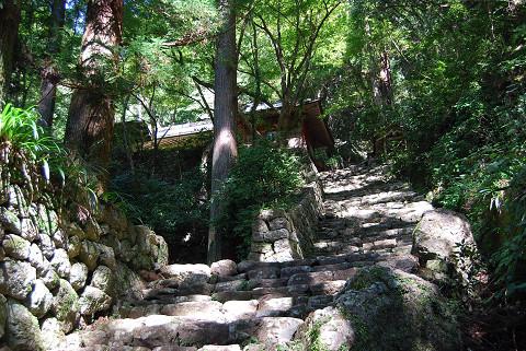 石の階段が