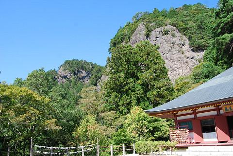 鳳来寺本堂と背後の山