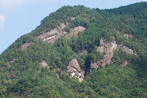 急崖の山が