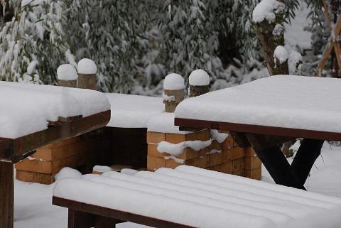 テーブルに積もった雪
