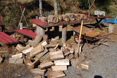 割った薪の山