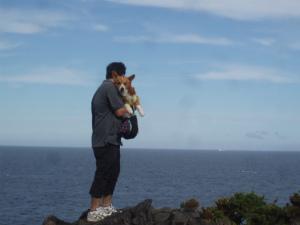 岩場に立つ父と息子さん