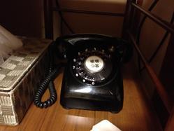 なんと部屋には黒電話がw