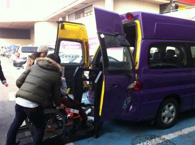 紫のやんちゃなリフト付きバス