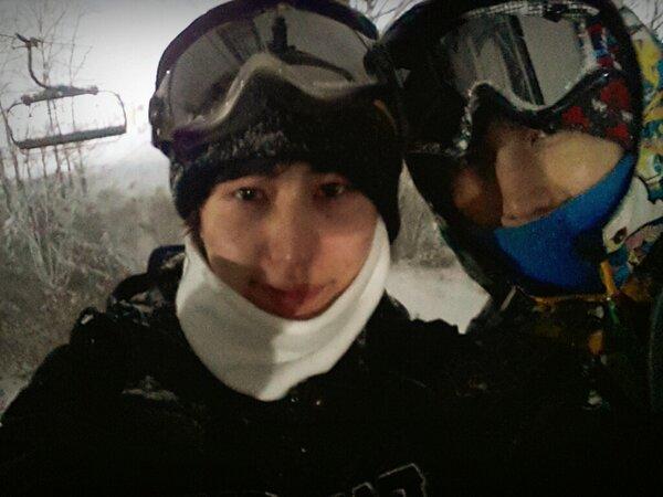これは23 happy Gyus dayシムチョワンとスキー場ボードを初めて乗ってみるというシムチョワンはファイティングだけは国家代表のそれと同じだったが現実は目に埋もれることだった笑