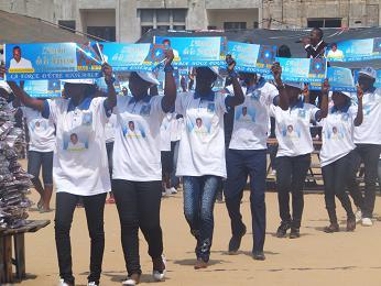 議員の顔つきポロシャツをまとう学生たち