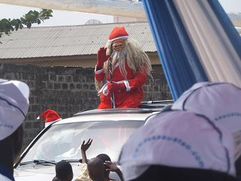 サンタクロースが車にのってやってきた!
